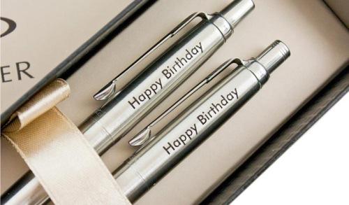 Khắc chữ lên sản phẩm kim loại làm quà tặng